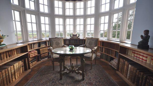 Panorama Fenster Tisch Bücherregale