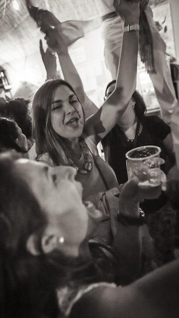 Frauen ausgelassen an der Bar