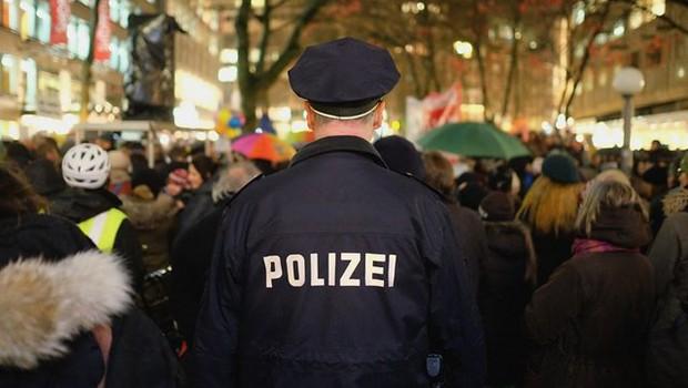 Polizist von hinten in Menschenmenge