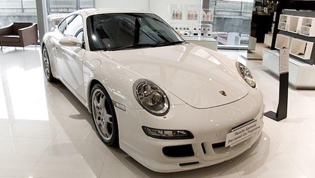weißer Porsche Autohaus