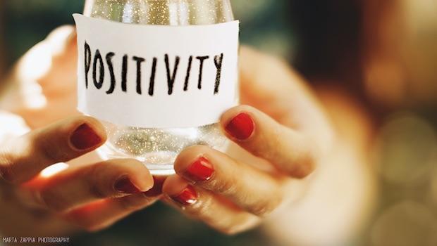 Glas Schild Positivity rote Fingernägel