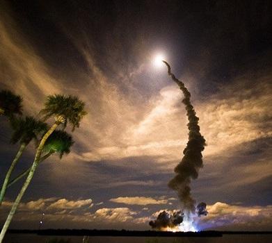 Rakete startet in den Nachthimmel