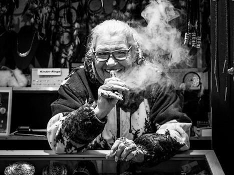 rauchender Mensch, schwarzweit