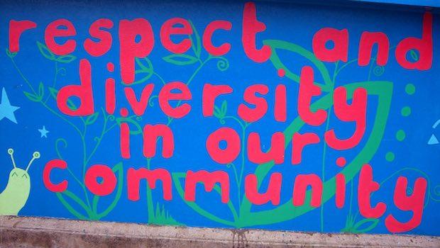Respect Diversity Schrift Mauer pink