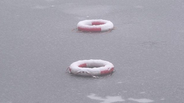 Zwei Rettungsringe im Wasser