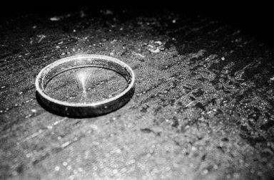 Silberring auf Tisch