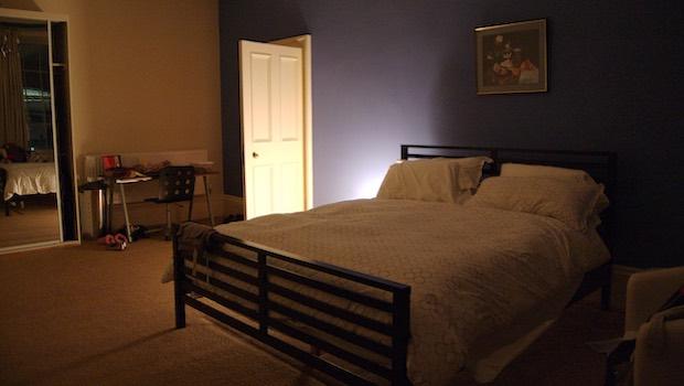 Schlafzimmer Bett Lichtschein Tür