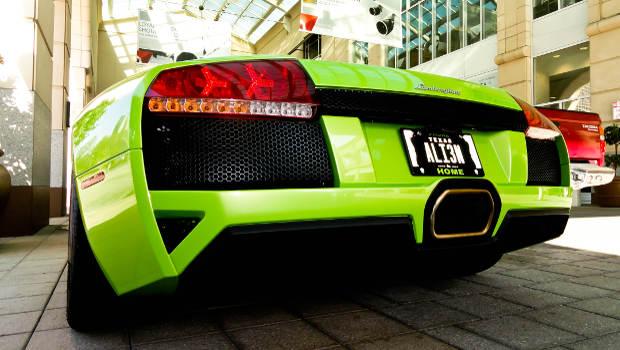 Schnelles grünes Auto Rückansicht