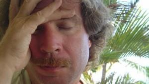 Mann mit Schnäuzer geschlossene Augen