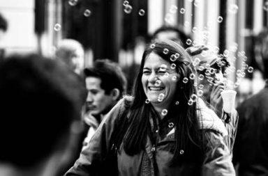 Seifenblasen und lachende Frau