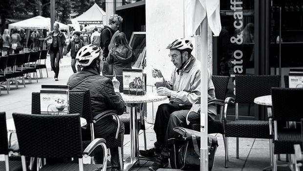 Senioren mit Fahrradhelm, schwarzweiß
