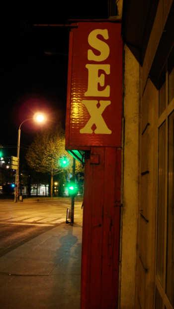Sex Schild, Straße bei Nacht