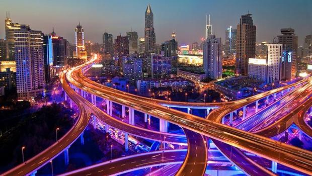 Autobahnen vor Hochhäusern im Dämmerlicht