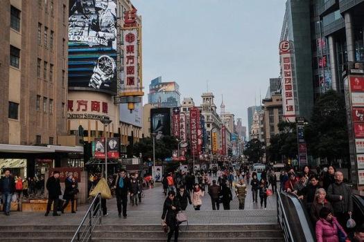 Blick in Einkaufsmeile in China, Menschen, Treppe, Geschäfte