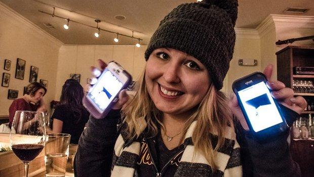 Junge Frau mit zwei Smartphones