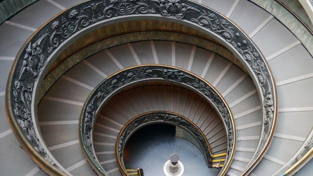 Abwärtsspirale von Treppen