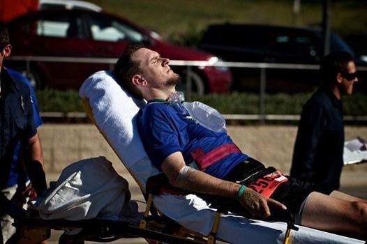 Sportler auf Krankenliege