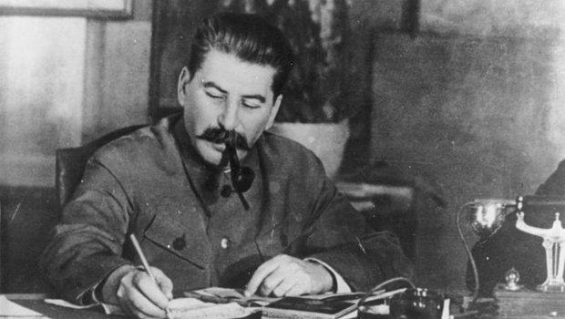 Stalin vor dem Schreibtisch