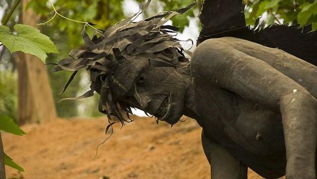 Statue mit aggressivem Gesichtsausdruck