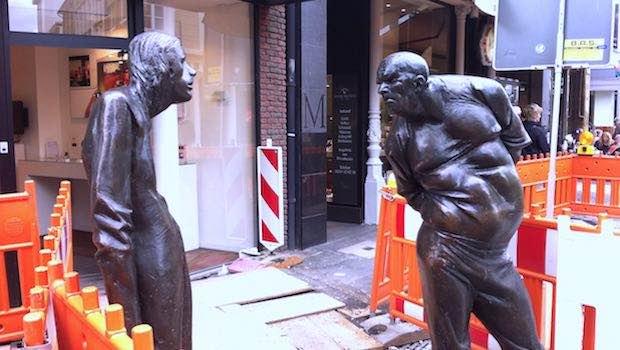 Zwei Statuen, streitend, auf der Straße