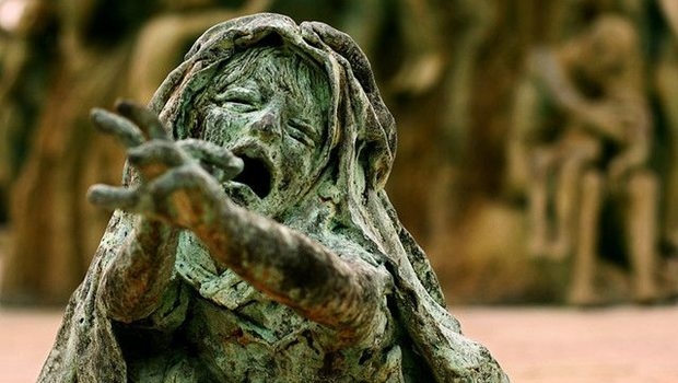 Statue einer verzweifelten Frau