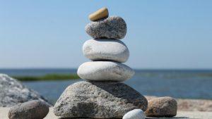 Steine am Strand aufeinander gestapelt