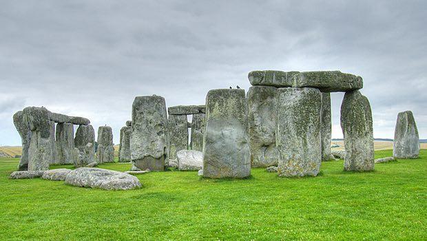 Stonehenge grüner Rasen bewölkter Himmel