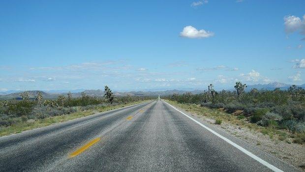 Straße durch Landschaft