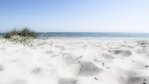 Sandstrand mit Blick aufs Meer