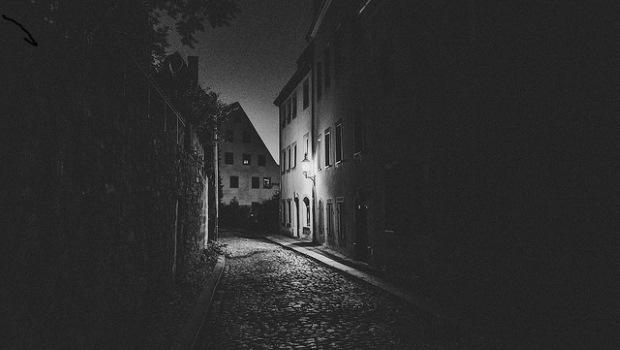 Strasse bei Nacht, Kopfstein, schwarzweiß