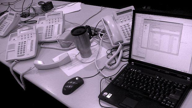 Schreibtisch mit Telefonen und Computer