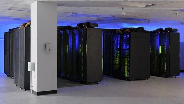 Schwarze Großcomputer mit blauen Lichtern