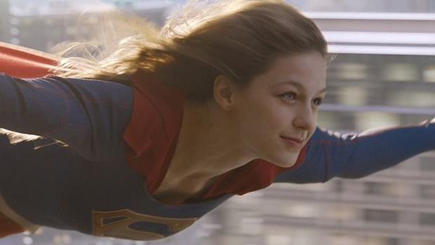 Supergirl fliegend
