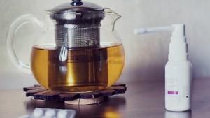 Teekanne und Medikamente