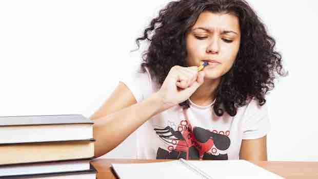 Teenager Mädchen Schulbücher Stift