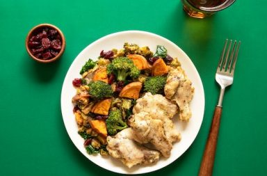 Teller auf grüner Tischdecke, Hühnchen, Gemüse, Schüssel