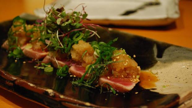 Essen mit Thunfisch und Kräutern