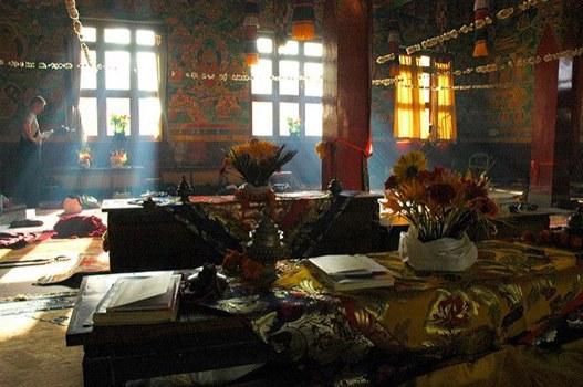 Tempel, Altar, Blumen, Licht durch Fenster