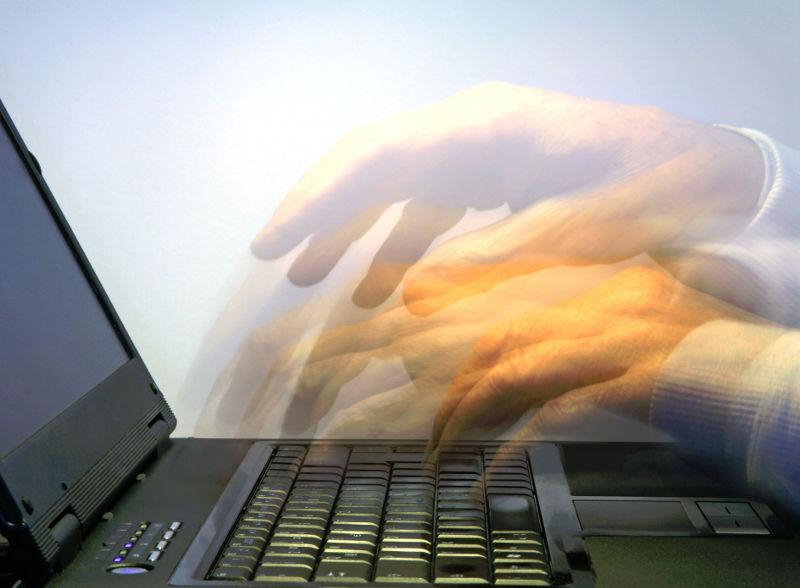 Tippen auf einem Laptop