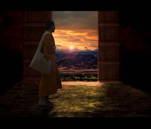 Mann vor geöffneter Tür blickt in eine Gebirgslandschaft