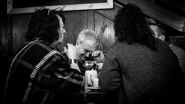 Älteren Menschen um Tisch, trauernd, schwarzweiß
