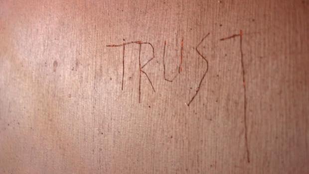 Trust eingeritzt in Wand