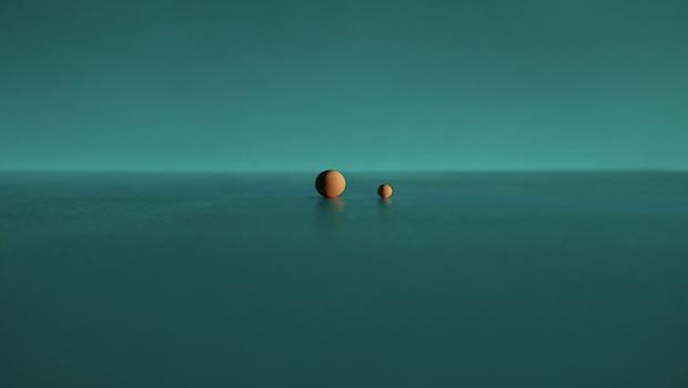 Türkis Hintergrund zwei Kugeln groß und klein