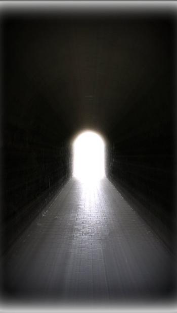 Tunnel mit Rundbogen und Licht