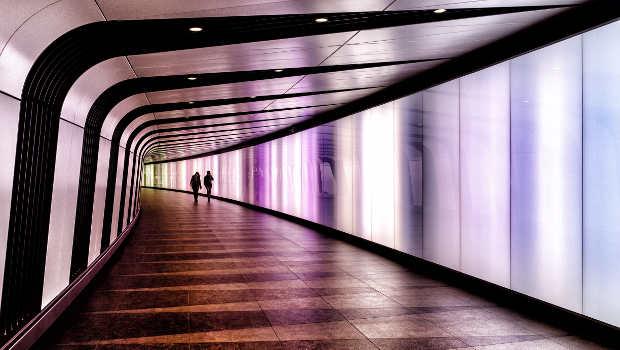 zwei Menschen im Tunnel, lila Licht