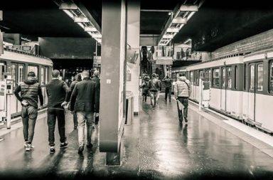 U-Bahn Station mit Menschen, schwarzweiß