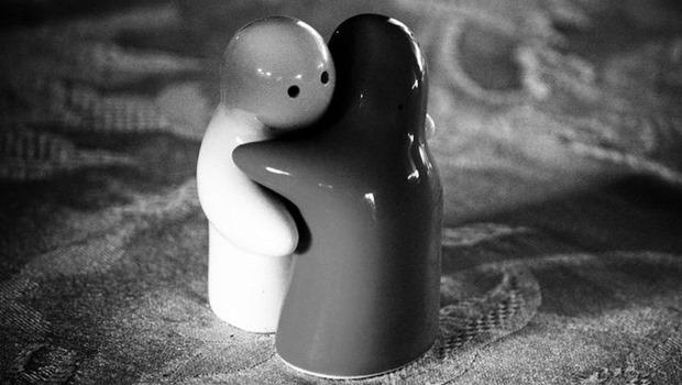 sich umarmende Holzpuppen, schwarzweiß