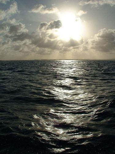 Meer mit Sonne und Wolken