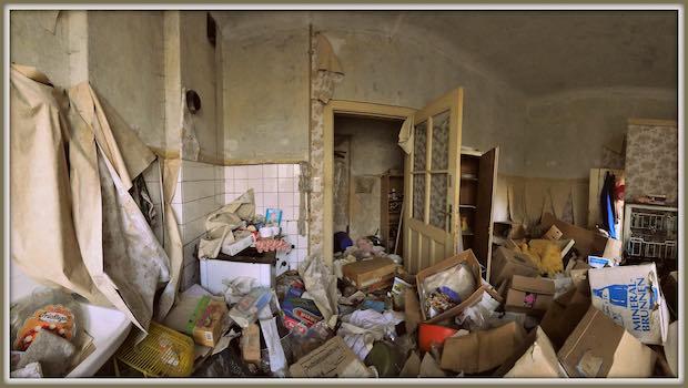 unordentliches Zimmer Kartons Boden Tapeten lose