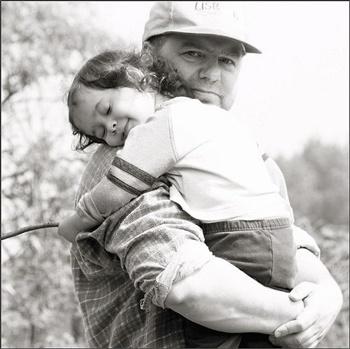 Vater mit Sohn auf dem Arm, schwarzweiß